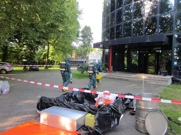 Der Spezialtrupp geht in das Gebäude vor, um Proben zu sammeln.