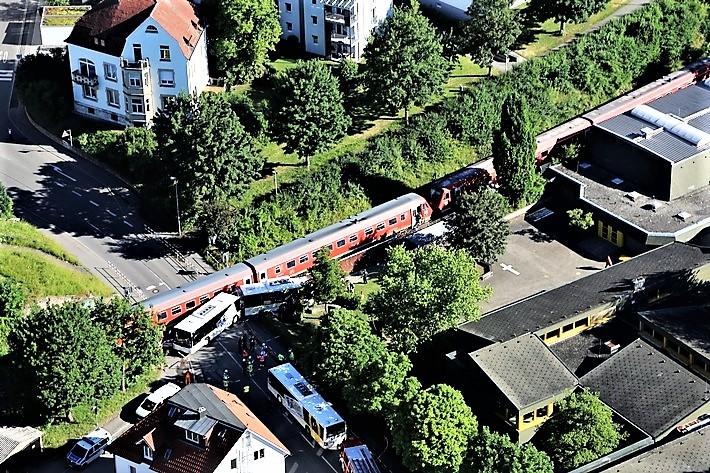 linienbus-kollidiert-mit-zug-busfahrer-verletzt-bahnstrecke-tuttlingen-sigmaringe