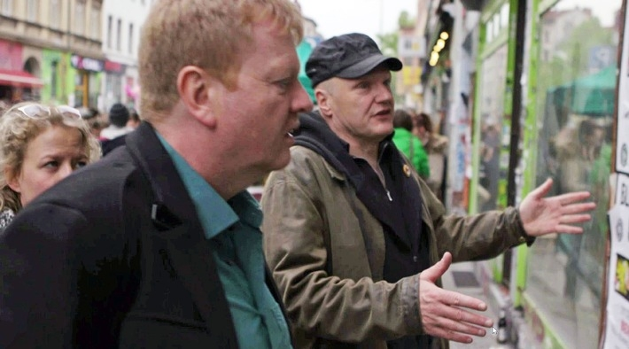"""ZDFzoom-Autor Rainer Fromm erkundet die linke Szene, hier im Gespräch mit dem langjährigen Antifa-Aktivisten Bernd Langer (v.l.) Quelle: """"obs/ZDF/Chris Caliman"""""""