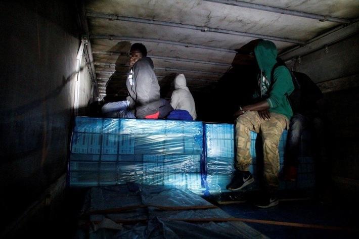 Die Rosenheimer Bundespolizei hat am Wochenende zehn unerlaubt eingereiste Afrikaner in Güterzügen festgestellt. (Bild: Bundespolizei)