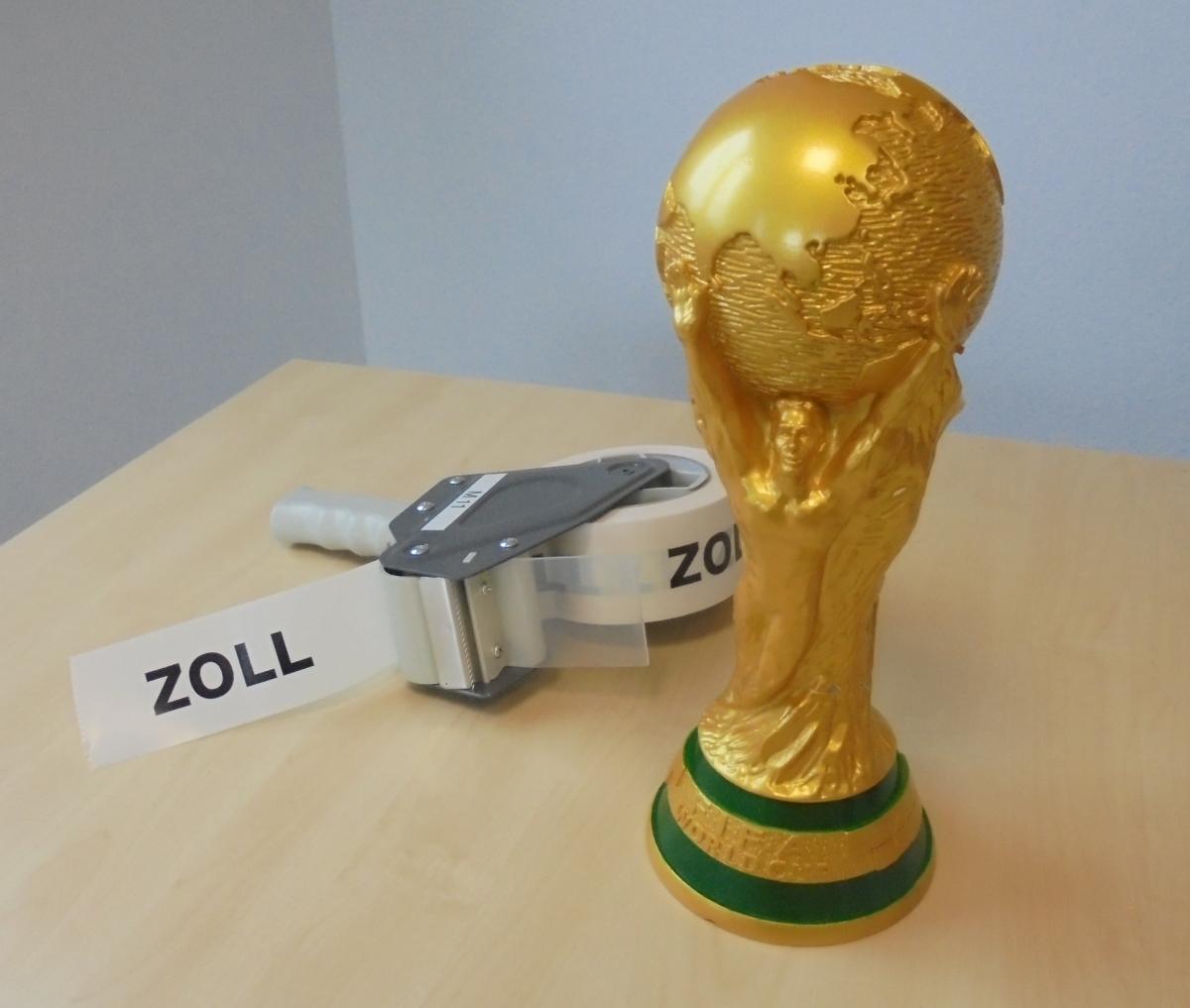 Kunststoffkopie des FIFA-WM-Pokals beim Zollamt Heilbronn Quelle: ZOLL