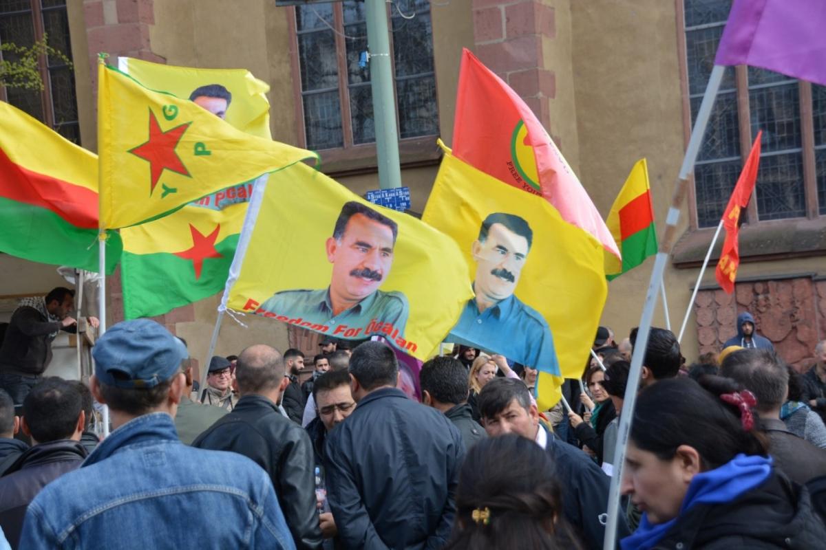 Kurdendemo mit verbotenen Öcalan- und PKK-Flaggen