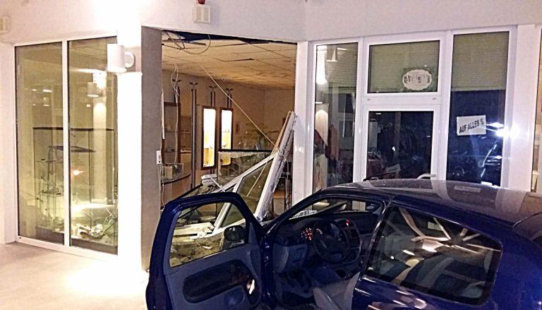 Bad Vilbel: Einbrecher fahren PKW in Juweliergeschäft!